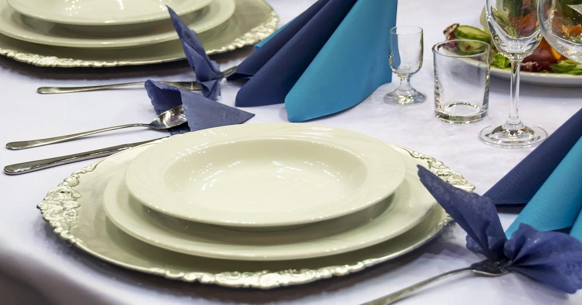 jak jeść na imprezach zdjęcie nakrycie do stołu